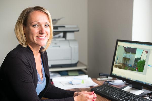 Bianca Richter hat gut lachen. Sie erstellt an ihrem Büro-PC im Handumdrehen das Fotoaufmaß einer Fassade mit der  Softwarelösung Bildaufmaß von C.A.T.S.-Soft.