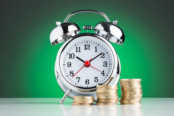 Die Uhr tickt. Mindestlohn-Kontrollen im Maler-Büro: Lückenlose Arbeitszeitaufzeichnung vermeidet Bußgelder.