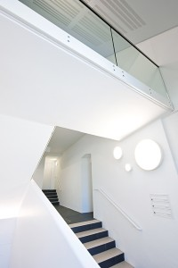 Besonders gefährdete Bereiche, wie Stiegenhäuser, lässt der AVIVA Schutzanstrich von ADLER länger in reinem Weiß erstrahlen.  Foto: Adler