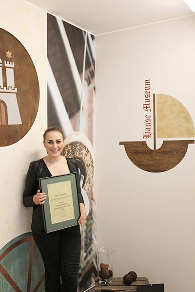 Strahlende Siegerin, Nina Thievoldt. Sie gewinnt den 1. Norddeutschen Leistungswettbewerbs der Maler und Lackierer