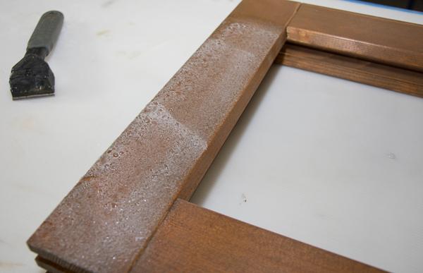 Der Abbeizer-Spray von Adler: Die aufgesprühte Schicht reagiert mit der bestehenden Beschichtung und schäumt dabei leicht auf.