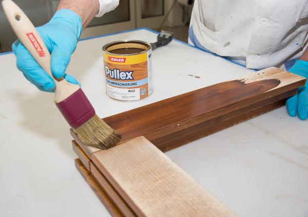 Das Abbeizer-Spray von Adler: Für die Renovierung von Fenstern einmal mit Pullex Aqua-Imprägnierung im gewünschten Farbton imprägnieren. Achtung, bereits die Imprägnierung ist maßgeblich für die endgültige Farbgebung!