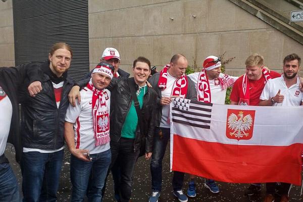 Zehn Fußballfans zweier Nationen posieren für ein gemeinsames Gruppenbild – Foto: privat
