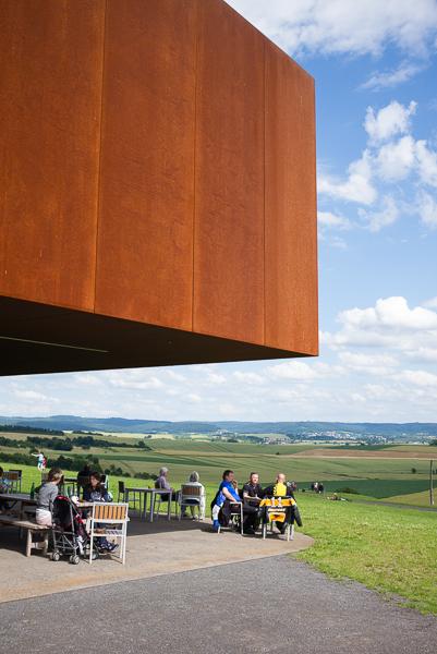 Großformatigen Cortenstahlplatten lassen das Keltenmuseum am Glauberg erdverbunden erscheinen - die rostige Patina ist dafür verantwortlich.