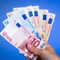 Ehrliches Handwerk: Handwerker findet 9.000 Euro bei Renovierungsarbeiten und übergibt das Geld der Polizei