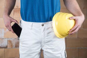 Mobiles Arbeiten mit dem Smartphone auf der Baustelle