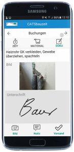 Kunde erteilt Auftrag mit Unterschrift auf Smartphone