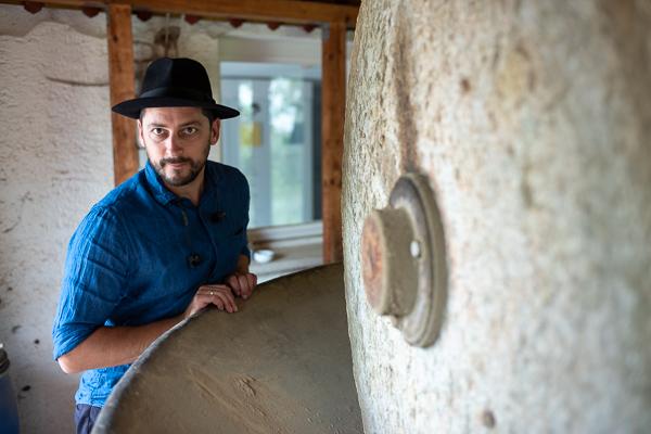 Kremer Pigmente: Juniorchef David Kremer vor dem Mühlenrad