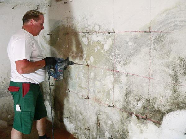 Die Ursache für die aufsteigende Feuchtigkeit lag im Keller - typisch für ein Haus dieser Zeit und Bauart.