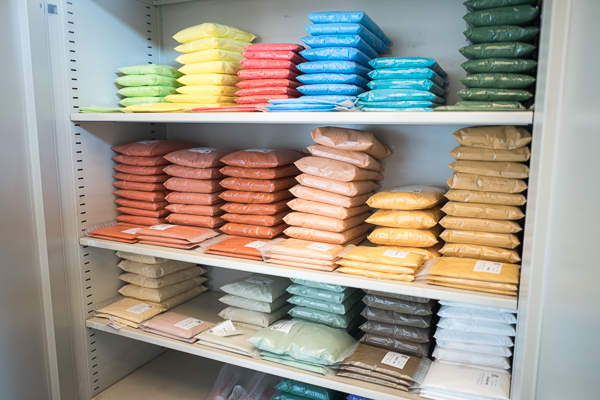 Unzählige Farbpigmente bewahrt Tröndle in seinem Lager auf. Sie können dem Kalk für ein individuelles Ergebnis beigemischt werden