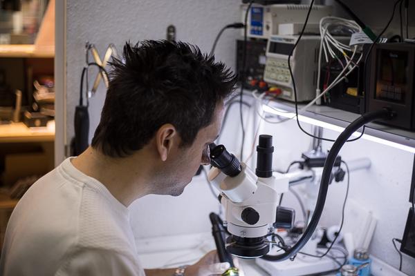 HandyDoctor Cengiz Kitir aus Marburg bei seiner Arbeit