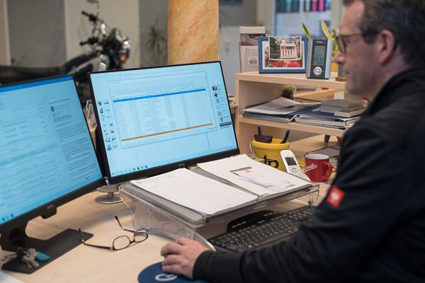 Malermeister Alex Erjawetz in seiner Schaltzentrale im Büro