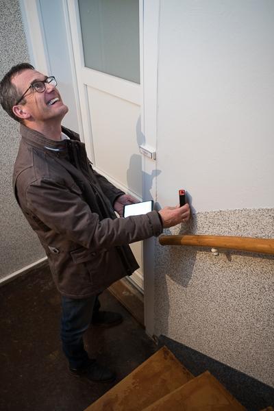 Malermeister Erjawetz beim Aufmessen eines Treppenhauses