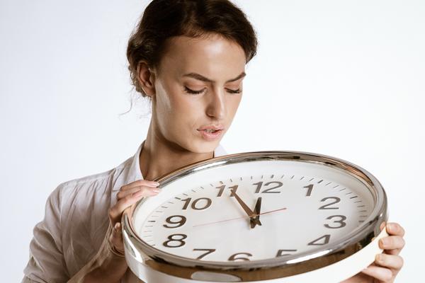 Der Blick zur Uhr: Wer als Chef zu wenig Zeit hat, braucht mehr Freizeit