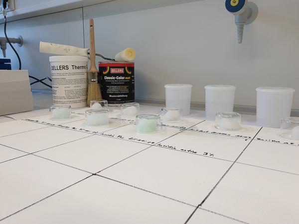 Die Desinfizierbarkeit von OELLERS Classic Color wurde in einem Labor der Hochschule Niederrhein geprüft. Foto: Farbenfabrik OELLERS