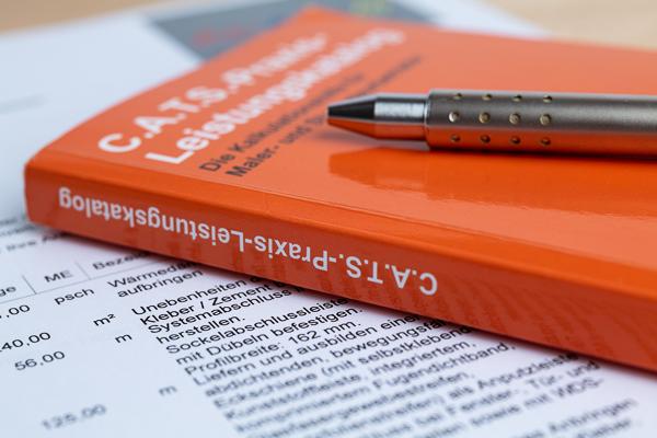 Der Praxis-Leistungskatalog liegt sowohl in digitaler Form im Computer des Malerbüros als auch als Baustellenhandbuch vor
