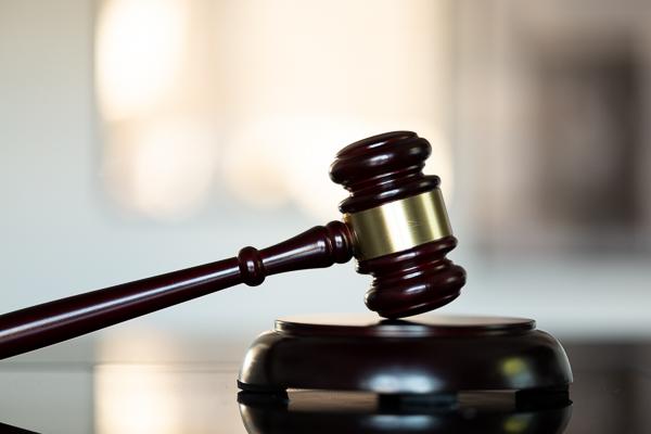 Urteil: Rippenfraktur wegen Niesanfall im Auto - kein Arbeitsunfall